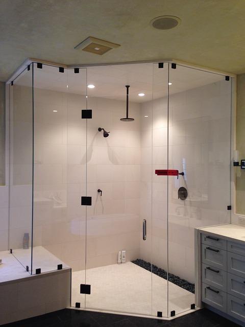 דלת זכוכית לאמבטיה בבית שמש